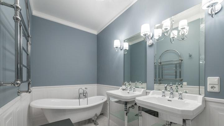 bano-azul-y-blanco