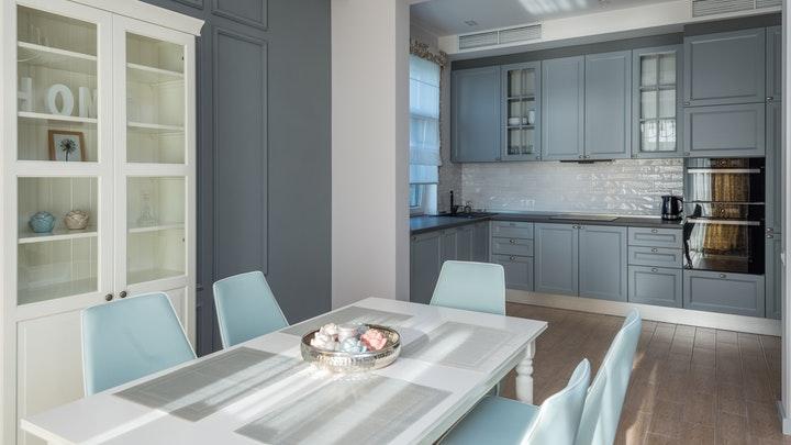 cocina-con-comedor-en-azul-y-blanco