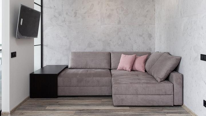 cojines-rosas-sobre-sofa-gris