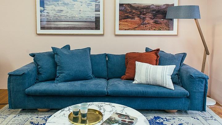 sofa-azul-con-cojines