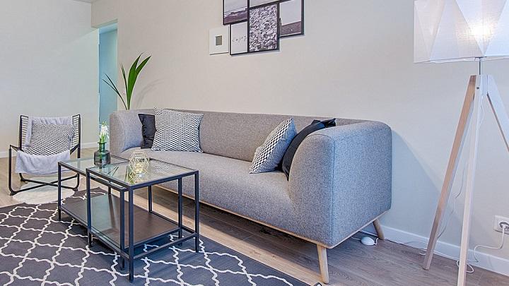 sofa-con-patas-de-madera