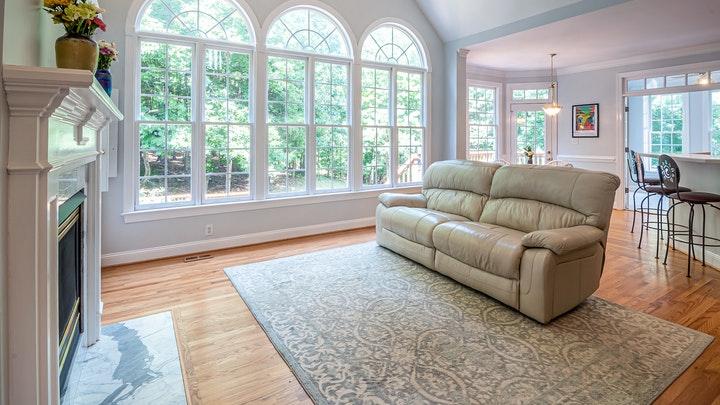 sofa-sobre-la-alfombra