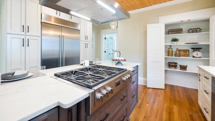 armario-abierto-en-la-cocina