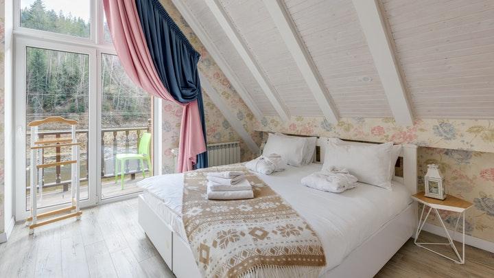dormitorio-con-un-techo-inclinado