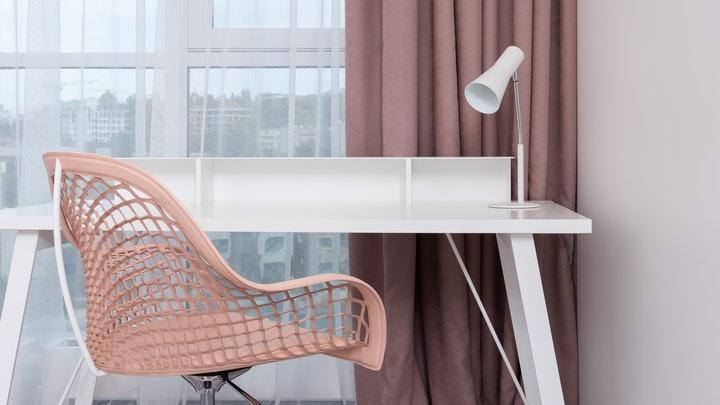 mesa-blanca-y-silla-rosa