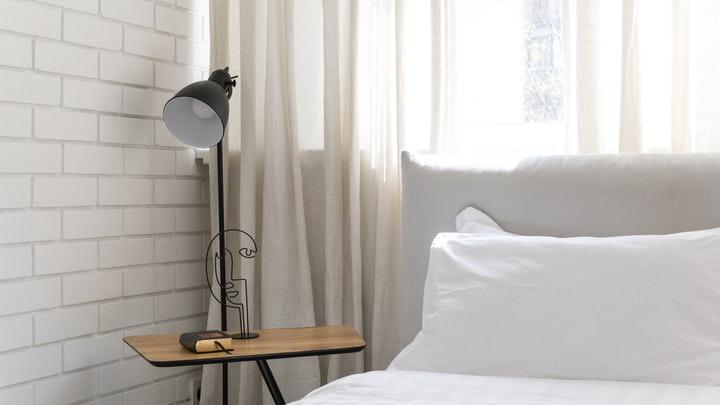 mesita-en-dormitorio