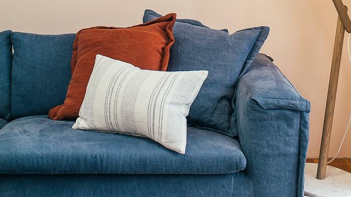 sofa-azul-con-varios-cojines