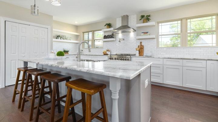 cocina-con-isla-y-ventanas
