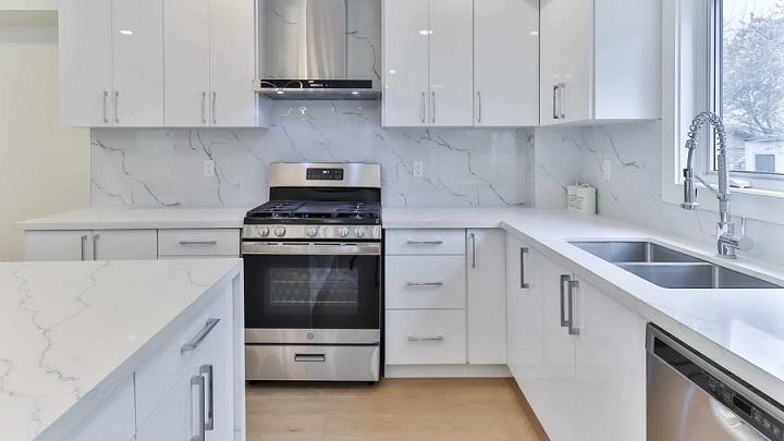 cocina-con-paredes-de-marmol