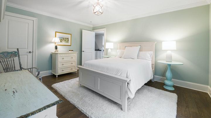 dormitorio-con-muebles-antiguos