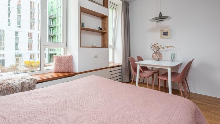 estancia-decorada-en-blanco-y-rosa