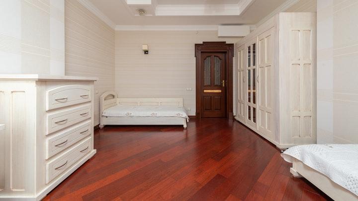 habitacion-en-blanco-y-madera