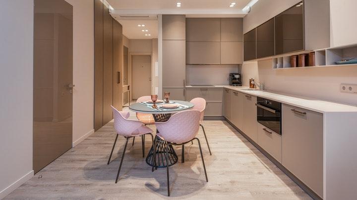 mesa-con-sillas-en-cocina