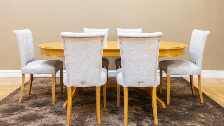 mesa-de-comedor-con-alfombra