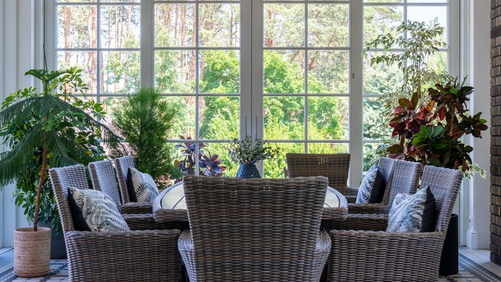 mesa-junto-a-la-ventana