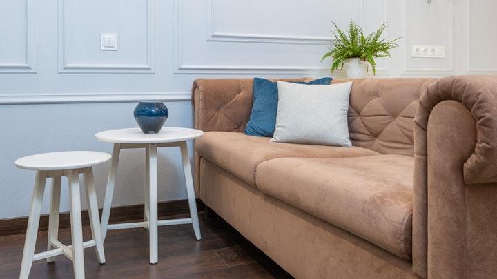 sofa-de-terciopelo-y-sillas