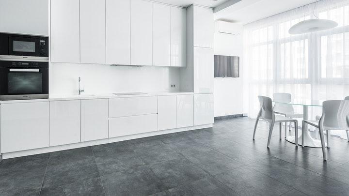 cocina-blanca-y-suelo-oscuro
