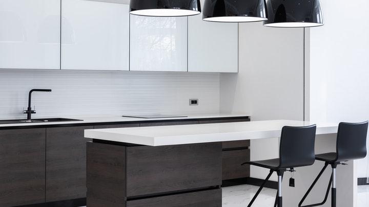 cocina-con-muebles-en-blanco-y-negro