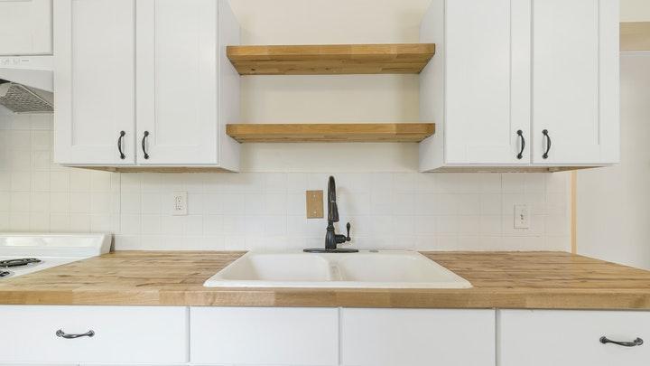 cocina-en-blanco-y-madera-clara