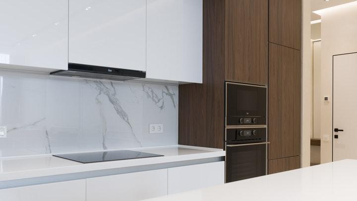 cocina-en-blanco-y-madera-oscura