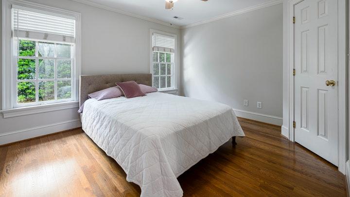 dormitorio-decorado-en-colores-claros