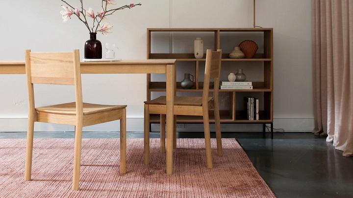 estanterias-de-madera-junto-a-la-mesa