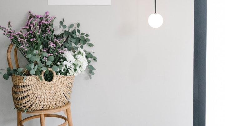 flores-en-cesta-de-mimbre