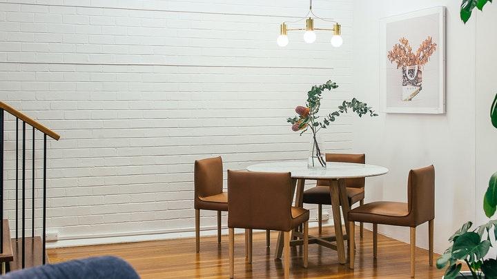 mesa-blanca-con-sillas-cuadradas