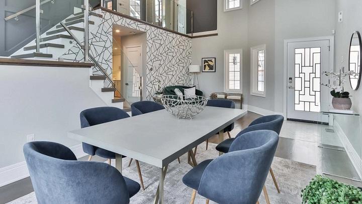 mesa-con-sillas-de-color-azul