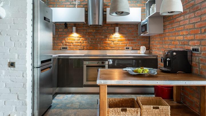 mesa-de-madera-en-cocina