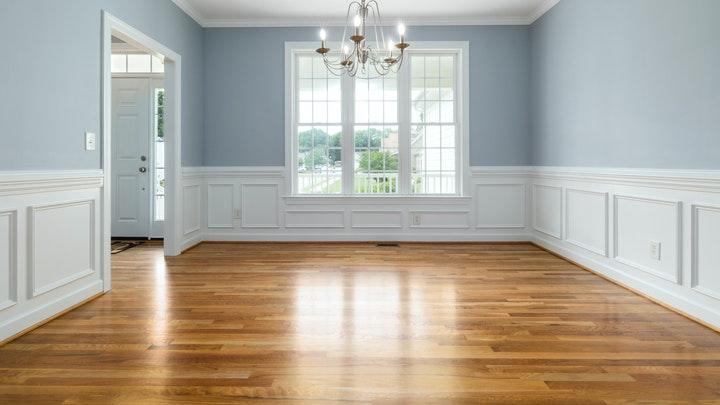 pared-azul-y-arrimadero-blanco