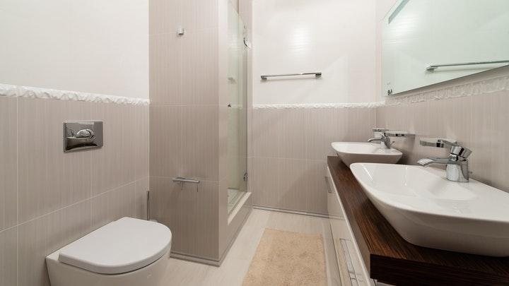 bano-con-lavabo-doble-y-un-unico-espejo