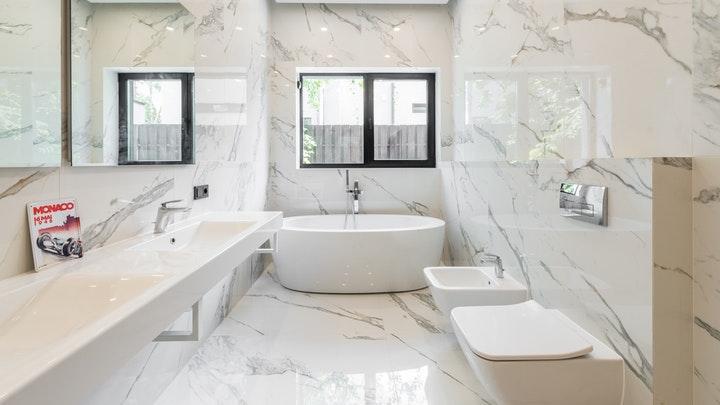 bano-grande-con-paredes-de-marmol