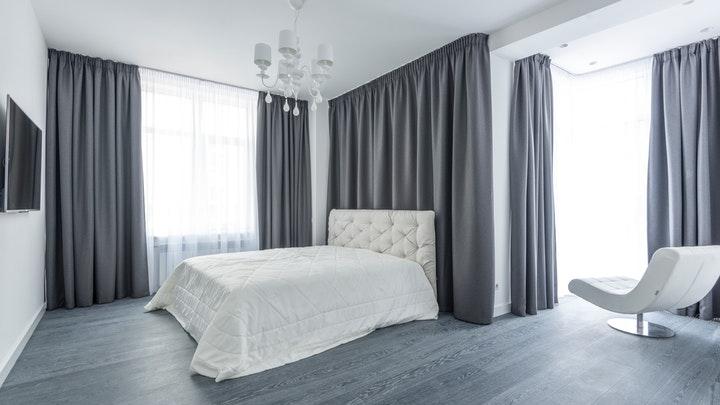 dormitorio-con-grandes-cortinas