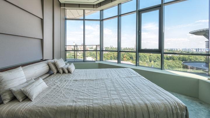 habitacion-con-grandes-ventanas
