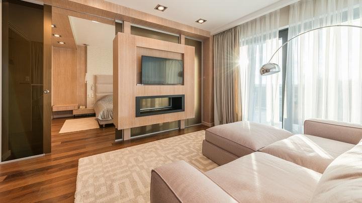 salon-con-sofa-y-television