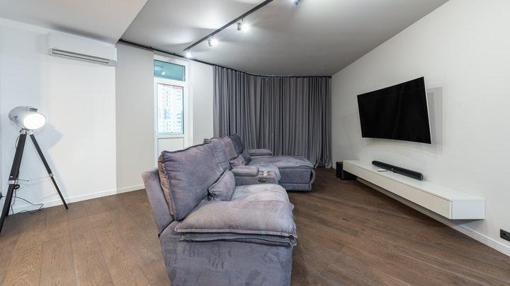 sofa-de-color-gris-en-salon
