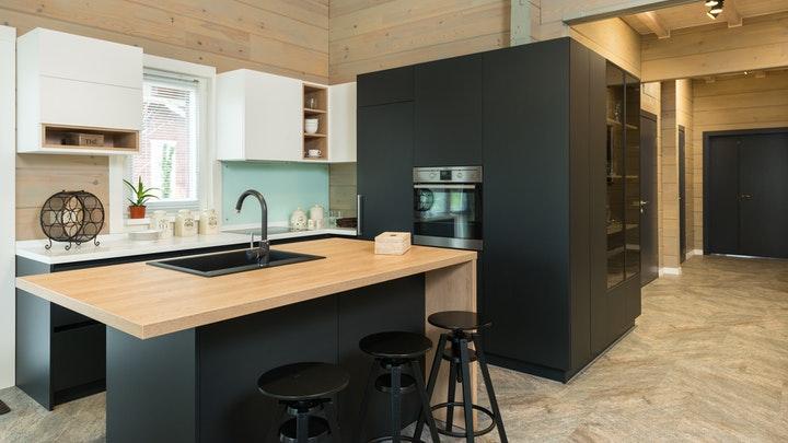 cocina-con-negro-y-madera