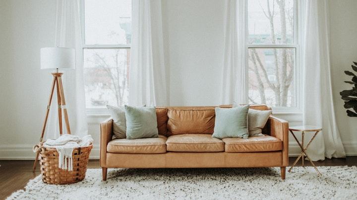 manta-blanca-para-sofa-marron