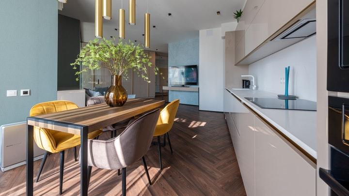 mesa-de-madera-en-la-cocina