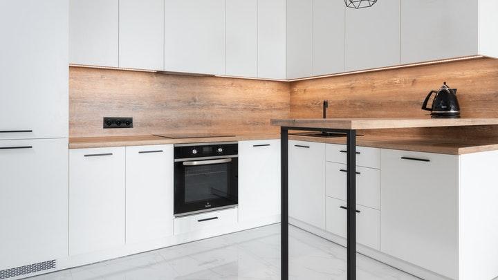 cocina-blanca-con-encimera-de-madera