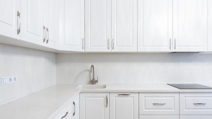 cocina-blanca-con-varios-cajones