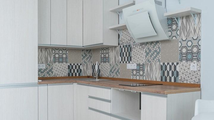 cocina-con-muebles-blancos-y-azulejos-geometricos