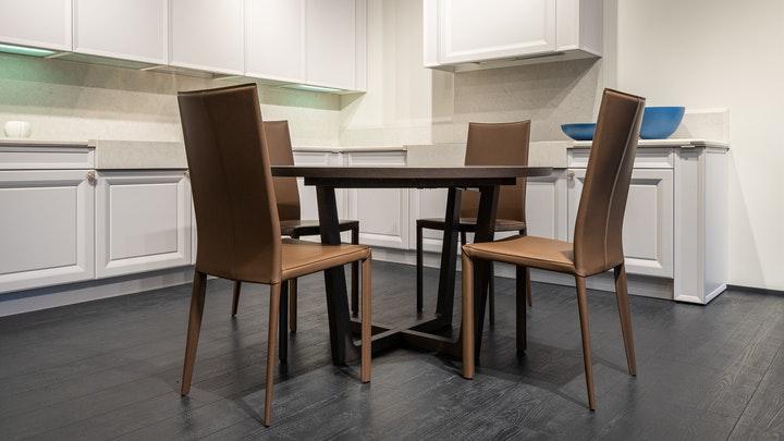conjunto-de-mesa-y-sillas-en-la-cocina