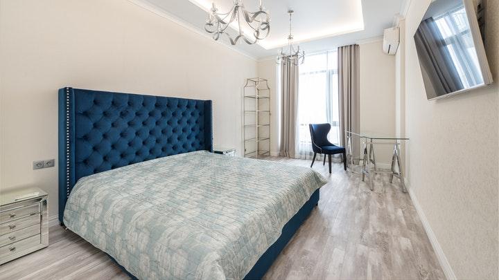 dormitorio-con-cabecero-azul
