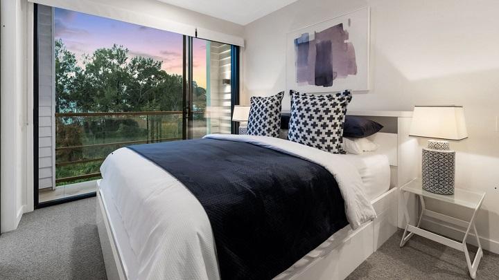 dormitorio-con-cojines-estampados