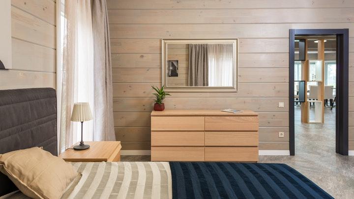 espejo-con-comoda-en-dormitorio